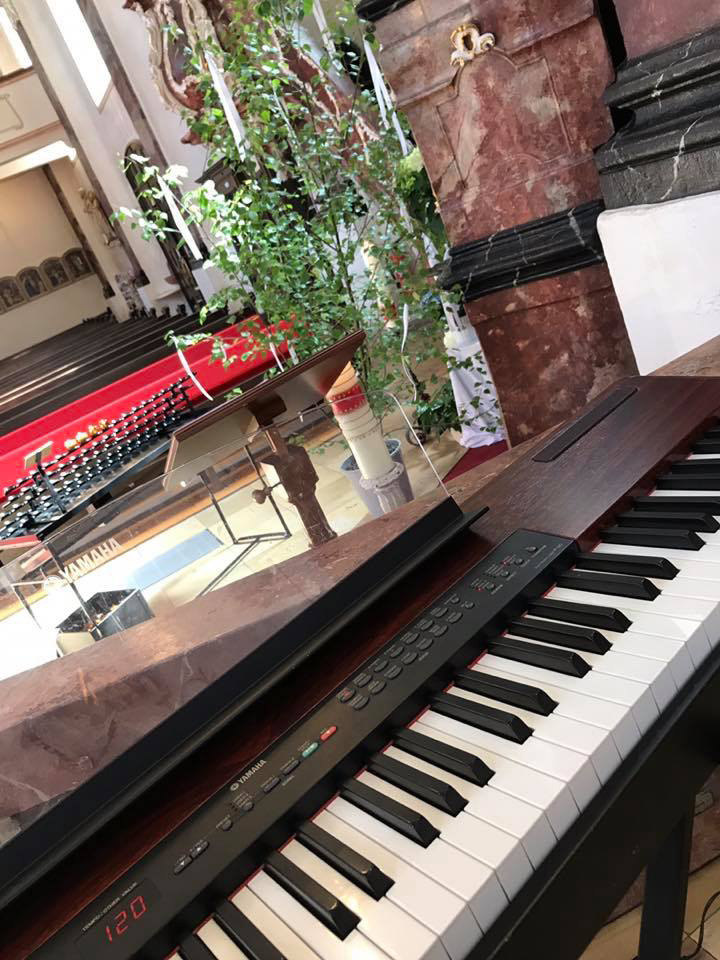 Klavier in der Kirche
